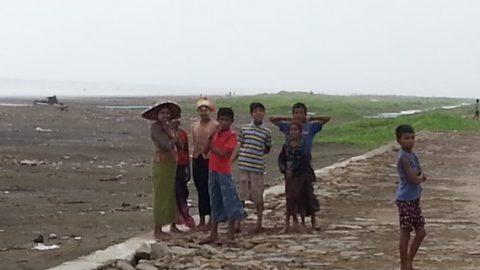 Rohingya children by the beach